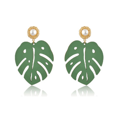 Chunky Montsera wooden leaf, mount on a gold and pearl stud. These earrings are perfect for a funky fashion lover. Tropical leaves earrings are a must-have accessory. So wear them to add a little playfulness and character to any outfit. Trendy and unique, they definitely deserve a spot in your jewelry box!