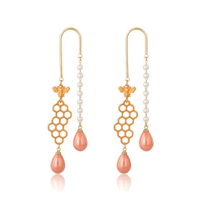 These geometric earrings feature a pearl chain on one side and 24K gold-plated bee and honeycomb on the other, finished by two honey drops at the end of the earring.