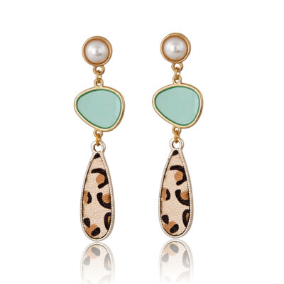 This is a classy geometric earring, while so simple, it is so cute and chic, it goes with every outfit night and day, day and night!