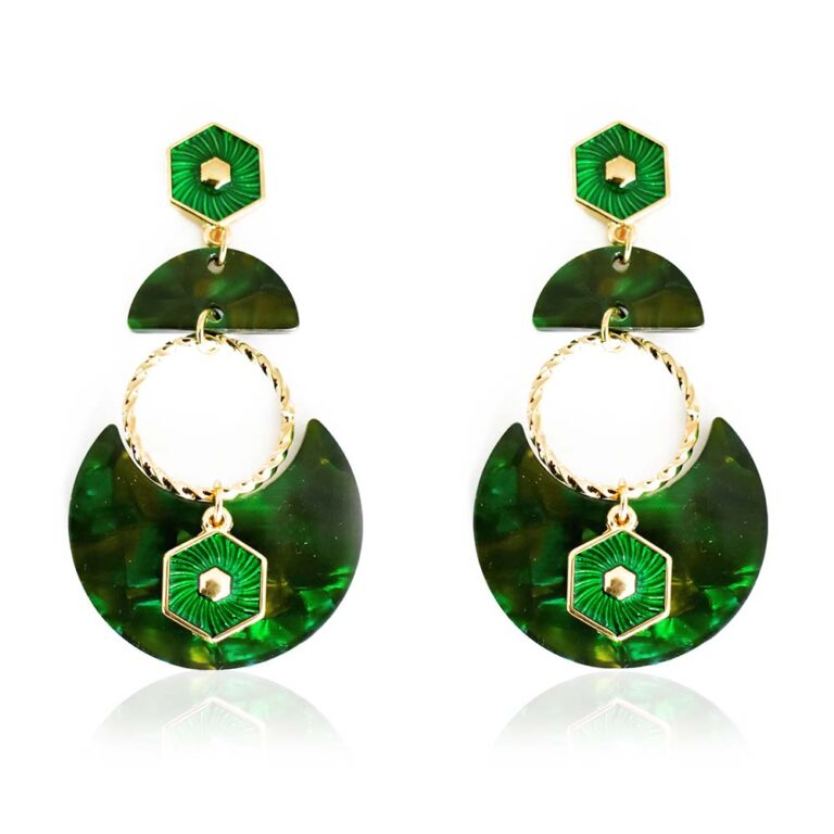 A beautiful green drop earring in a croissant shape that features a golden twisted hoop and a green and gold hexagon charm. All that beauty hanging from a semi-circular green tortoiseshell and a charming green and gold hexagon stud. Light and easy to wear they will soon become your favorite accessory. Wear them day or night with a casual or classy outfit. Please note all resin parts are unique and therefore the pattern will vary.