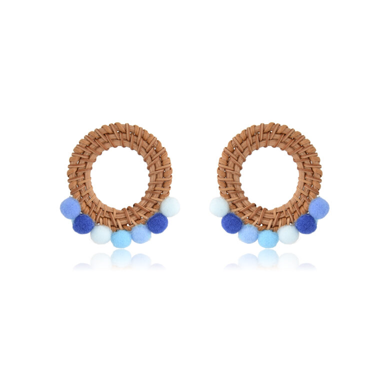 Beautiful and bright rattan earrings that remind me of the ocean, the pompoms are so soft and cozy, and the colors so calming. It such a nice feeling to wear them. Perfectofa sunny day orduringwinter blues!